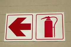 Sinais que mostram onde o extintor pode ser encontrado imagens de stock royalty free