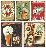 Sinais retros da lata da cerveja ajustados ilustração stock