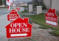 Sinais vermelhos e do branco da casa aberta Fotos de Stock