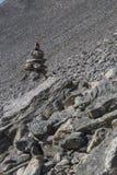Sinais vermelhos nas pedras, trajeto marcado em Noruega fotografia de stock royalty free