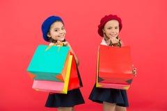 Sinais você é dedicado à compra Estudantes bonitos das crianças para guardar sacos de compras do grupo Alunos das crianças satisf imagem de stock royalty free
