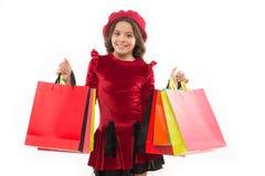 Sinais você é dedicado à compra Sacos de compras bonitos do grupo da posse da menina da criança Criança satisfeita comprando isol imagens de stock royalty free