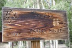 Sinal à casa da velha escola em St Elmo Colorado Foto de Stock