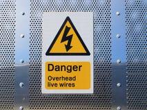 Sinal aéreo dos fios do perigo fotografia de stock