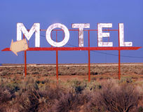 Sinal abandonado do motel imagens de stock royalty free
