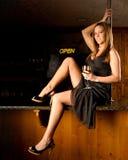 Sinal aberto da mulher bonita Imagens de Stock Royalty Free