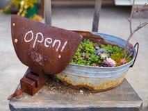 Sinal aberto do país rústico, escrito no giz em uma placa vice oxidada da braçadeira do aperto fotos de stock