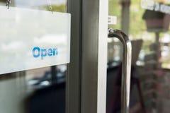 Sinal aberto na frente da porta, mensagem de informação para a loja res do café Foto de Stock Royalty Free