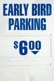 Sinal adiantado do estacionamento do pássaro Fotografia de Stock