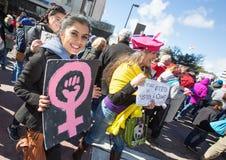 Sinal adolescente do punho do rosa da terra arrendada no ` s março das mulheres Fotografia de Stock
