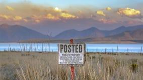 Sinal afixado contra a montanha e o céu do lago utah foto de stock