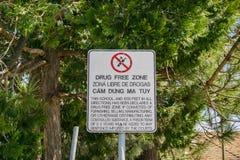 Sinal afixado perto de uma escola, Califórnia da zona franca da droga fotos de stock royalty free