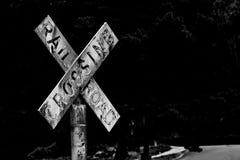 Sinal afligido retro do cruzamento de estrada de ferro do vintage velho com texto desvanecido gasto imagens de stock