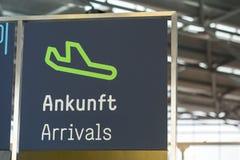 Sinal alemão das chegadas do aeroporto fotos de stock