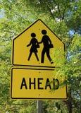 Sinal amarelo brilhante para o cruzamento pedestre Foto de Stock Royalty Free