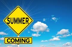 Sinal amarelo de vinda do verão Fotografia de Stock