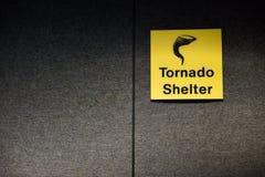 Sinal amarelo do abrigo do furacão que designa uma área segura da sala fotografia de stock royalty free
