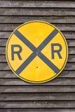 Sinal amarelo do cruzamento de estrada de ferro fotos de stock royalty free