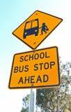Sinal amarelo e preto da parada de ônibus escolar adiante e céu azul Imagem de Stock Royalty Free