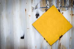 Sinal amarelo no metal wal fotos de stock royalty free