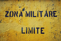 Sinal amarelo 'Zona Militare Limite' na cidade italiana Gaeta Fotos de Stock Royalty Free