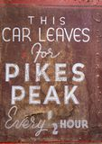 Sinal antigo do Pikes Peak - folhas do carro foto de stock royalty free