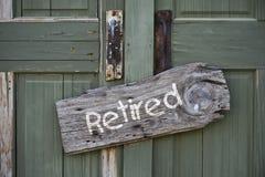 Sinal aposentado na porta de madeira imagem de stock royalty free