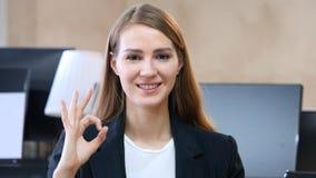 Sinal aprovado pela mulher no escritório Foto de Stock Royalty Free