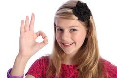 Sinal aprovado positivo da mão do divertimento pela menina feliz da escola Imagens de Stock