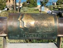Sinal astrológico do metal inglês e hebreu dos gemini em desejar a ponte na cidade velha de Yaffa Israel fotografia de stock royalty free