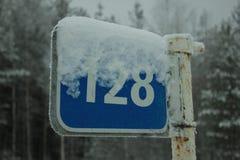 Sinal azul coberto de neve do quilômetro Imagem de Stock Royalty Free