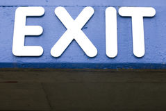 Sinal azul da saída Fotografia de Stock