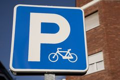 Sinal azul do estacionamento da bicicleta Foto de Stock