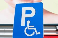Sinal azul do estacionamento para pessoas deficientes mim fotografia de stock royalty free