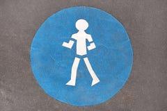 Sinal azul do pedestre na estrada Fotos de Stock Royalty Free