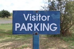 Sinal azul e branco do metal resistido do visitante do estacionamento Foto de Stock