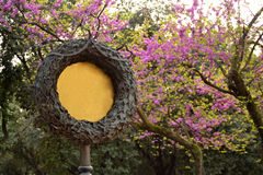 Sinal barroco no parque florescido Fotografia de Stock Royalty Free