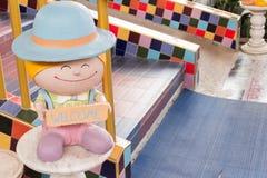 Sinal bem-vindo com estátua da criança Foto de Stock