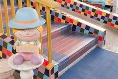 Sinal bem-vindo com estátua da criança Imagens de Stock