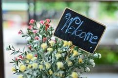 Sinal bem-vindo com flor Imagens de Stock Royalty Free