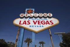 Sinal bem-vindo de Las Vegas com palmeiras Fotografia de Stock Royalty Free