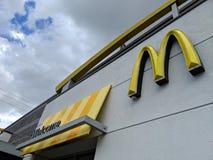 Sinal bem-vindo e logotipo da loja de McDonalds imagens de stock