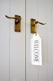 Sinal bem-vindo em uma porta imagens de stock