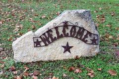 Sinal bem-vindo em uma rocha Fotos de Stock Royalty Free