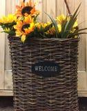 Sinal bem-vindo na cesta tecida Imagem de Stock Royalty Free