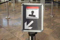 Sinal bil?ngue do controle de alf?ndega no aeroporto internacional fotos de stock