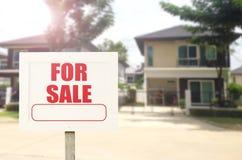Sinal bonito dos bens imobiliários de casa nova do negócio na frente de novo Imagens de Stock Royalty Free