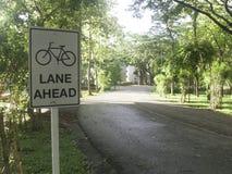 Sinal branco da pista de bicicleta Fotografia de Stock