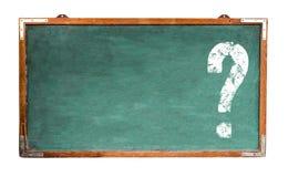 Sinal branco do ponto de interrogação com espaço negativo para o texto em um quadro-negro de madeira largo do quadro do vintage s imagem de stock