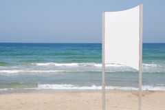 Sinal branco na praia Imagens de Stock Royalty Free